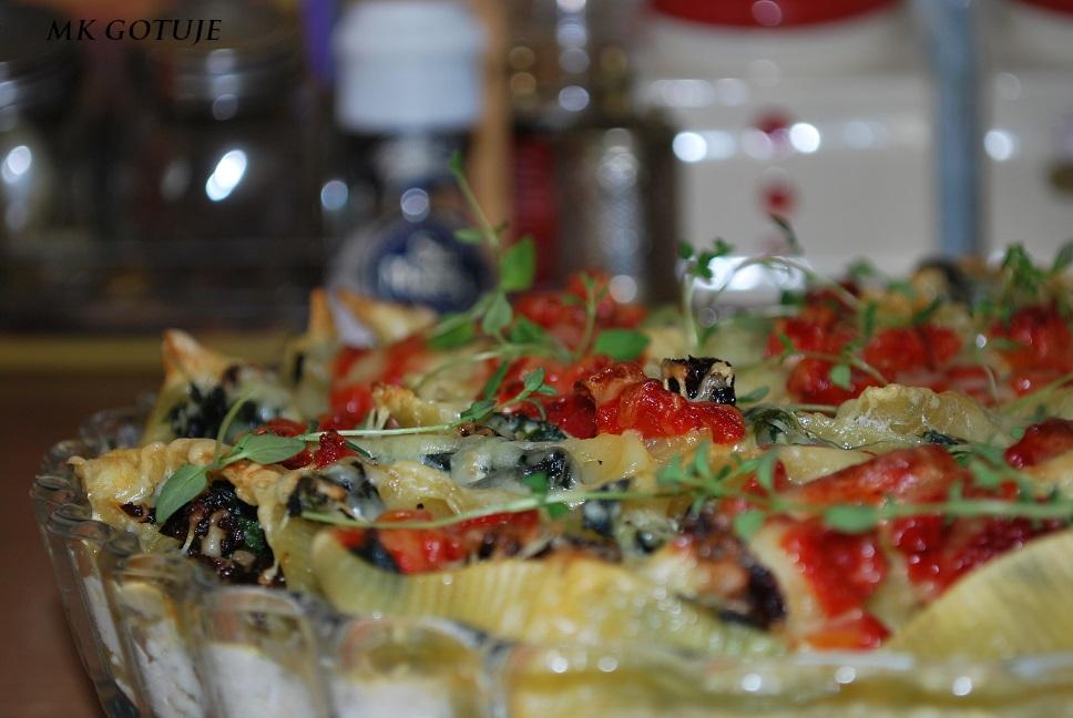 muszelki-wypelniane-szpinakiem-suszonymi-pomidorami-i-pieczona-papryka