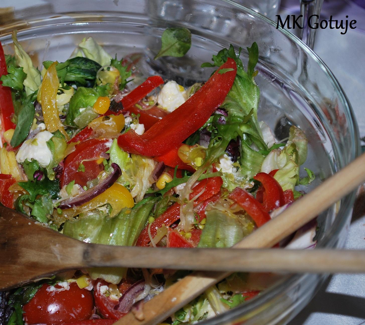 salatka-z-feta-i-ziolowym-sosem-vinaigrette