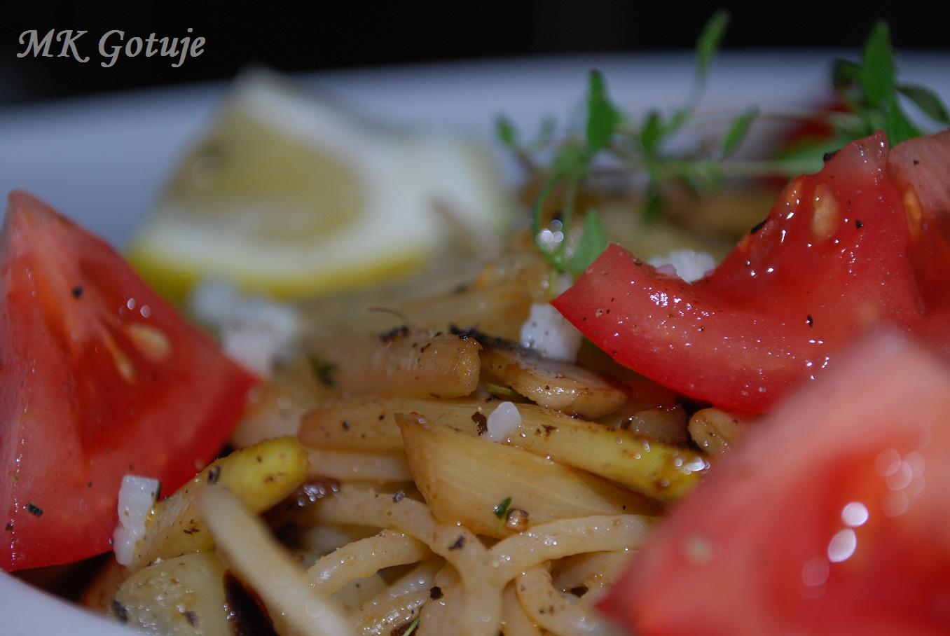 razowe-spaghetti-ze-szparagamisuszonymi-pomidorami-i-tymiankiem