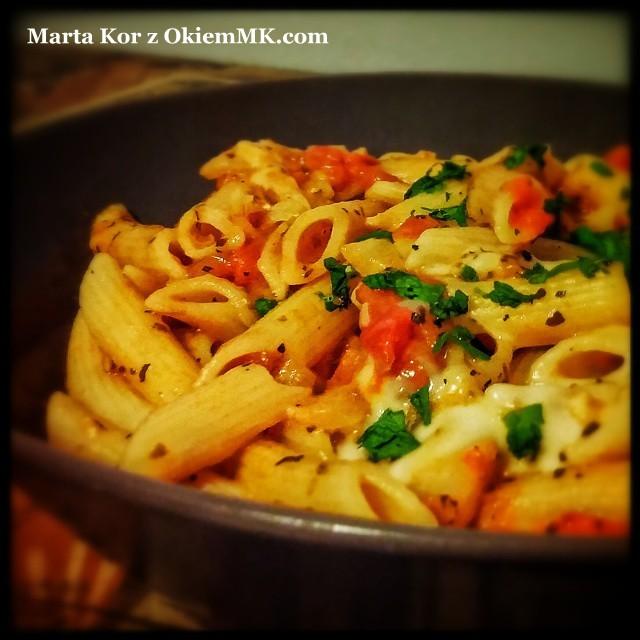 zdrowy-obiad-w-15-minut-pasta-z-pomidorami-mozarella-i-wybranymi-ziolami
