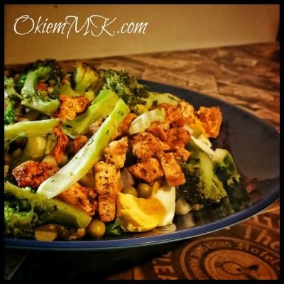 czas-na-lekki-obiad-salatka-warstwowa-z-kurczakiem-brokulem-i-jajkiem