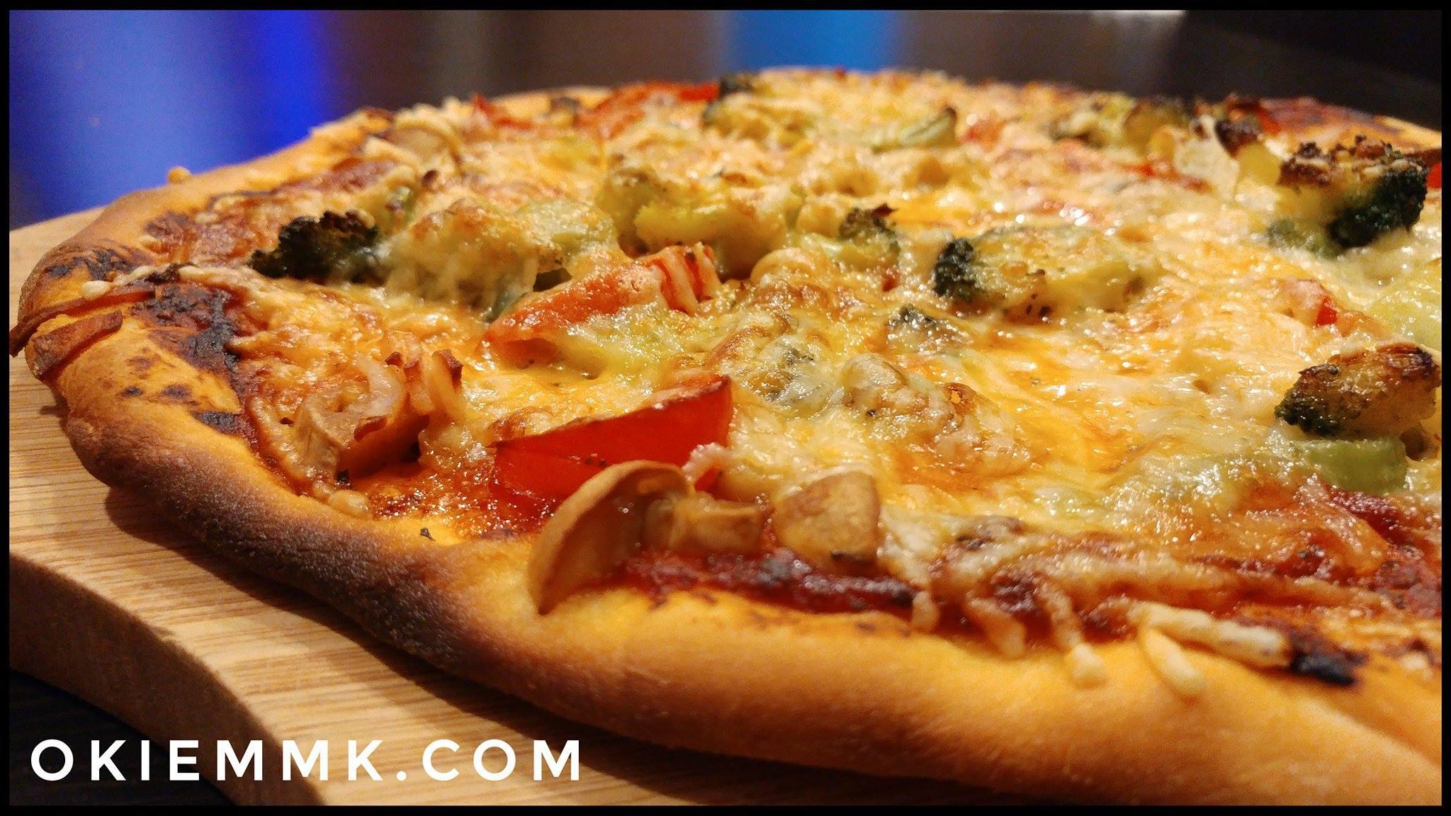 domowa-i-tradycyjna-pizza-toskanska-na-cienkim-ciescie-w-dwoch-wersjach